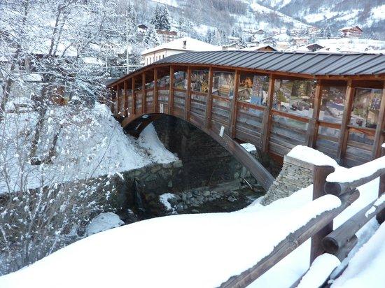 Hotel Beau Sejour: Ponte di legno coperto sul torrente Artanavaz che scorre di fronte all'hotel