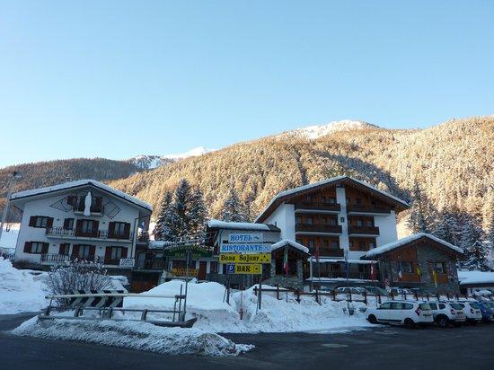 Vista della facciata dell'hotel Beau Sejour e l'ampio parcheggio antistante