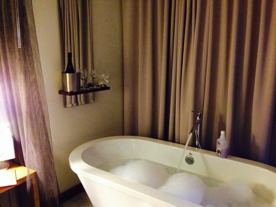 Andaz Napa: bath tub