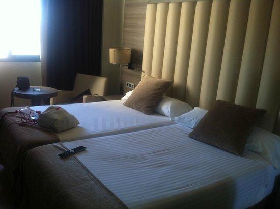 Sercotel Gran Hotel Luna de Granada: Camas amplias y muy cómodas. Almohadas perfectas.