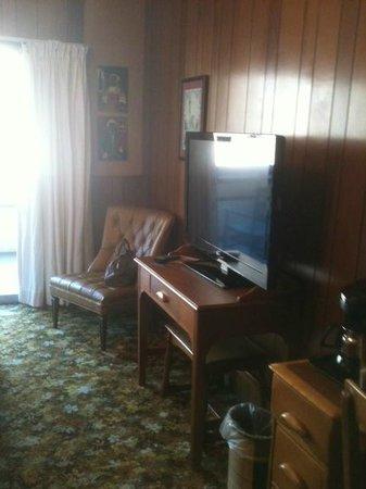 Gatlinburg Inn: desk, TV, chair