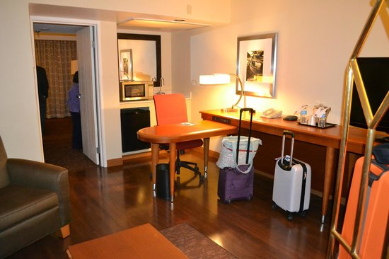 Four Points by Sheraton Suites Tampa Airport Westshore: Other side of living room with desk and bar area