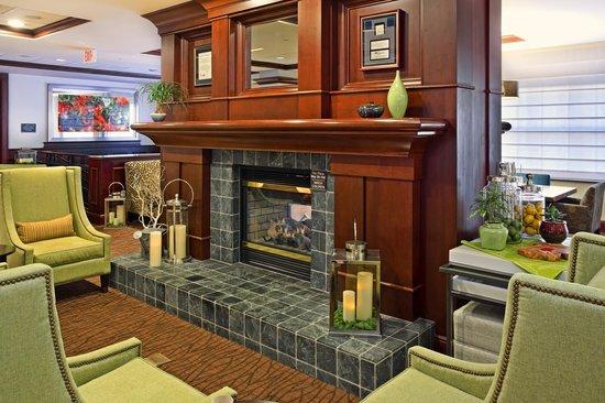 Hilton Garden Inn Bloomington : Lobby Fireplace