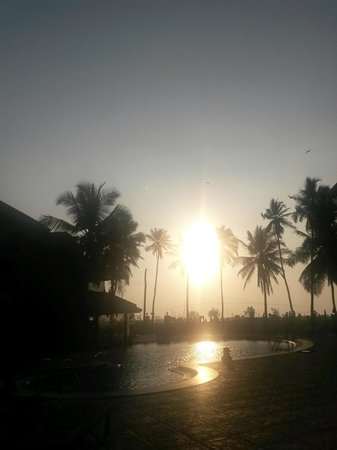 Uday Samudra Leisure Beach Hotel & Spa: sunset at the pool bar
