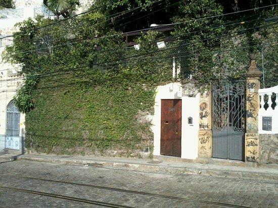 Rio Hostel & Suites Santa Teresa: Entrada discreta.