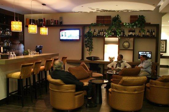 93 Luxury Suites & Residences: BAR