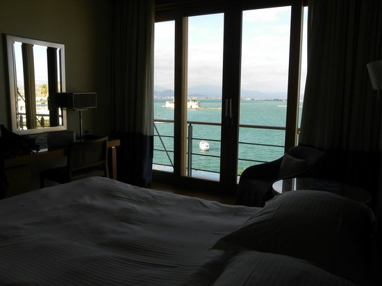 Amphitryon Hotel : Floor to ceiling windows offer unobstructed sea views.