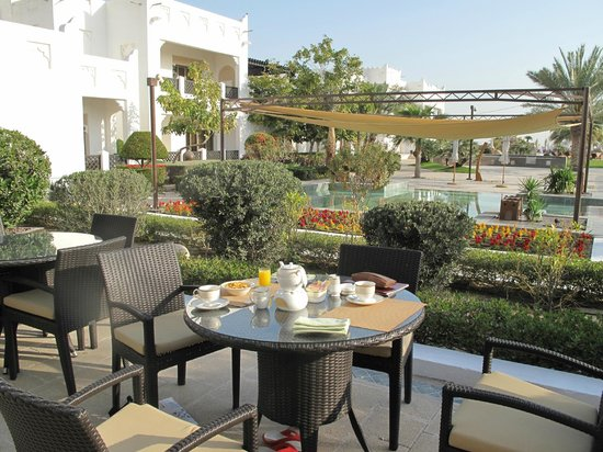 Sharq Village & Spa: Having breakfast in the open air.