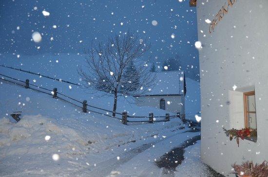 Oberkantiolhof: Una nevicata fuori dall'ingresso del maso