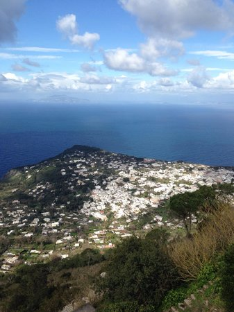 Mount Solaro: 青い空と海、白い雲と家と岩