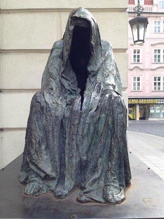 SANDEMANs NEW Europe - Prague : statue next to the opera house