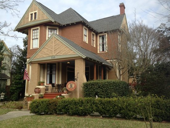 Noble Manor Bed and Breakfast: Cool house!