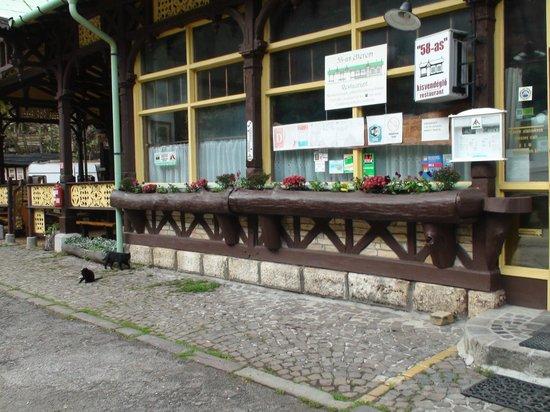 Zugligeti Niche Camping: Ristorante del campeggio (ex vecchia stazione tram)