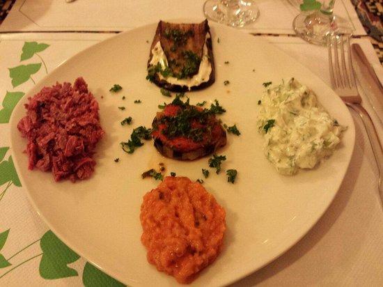 Anouche : Une belle assiette d'assortiment d'entrées.