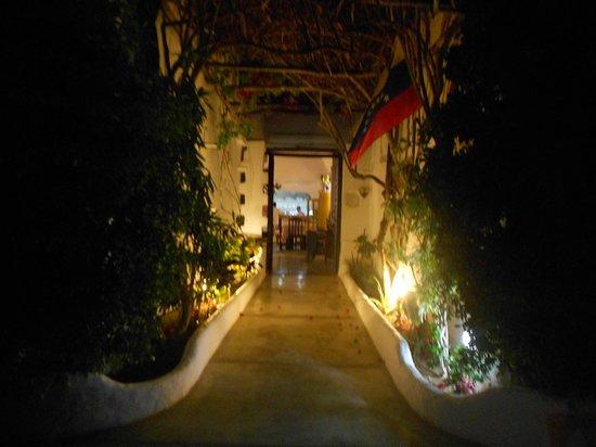 Posada Guaripete: Entrada a la posada de noche
