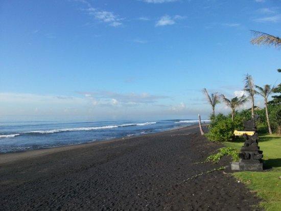 Komune Resort, Keramas Beach Bali: Beach looking south