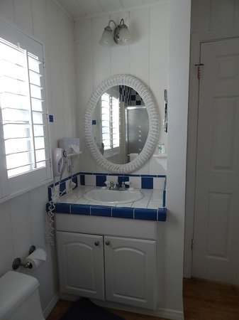 Crystal Pier Hotel & Cottages: Bathroom