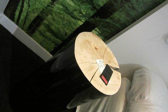 Conscious Hotel Museum Square: Mesasfeitas de troncos