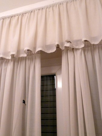 Hotel Genius Downtown: torn curtains