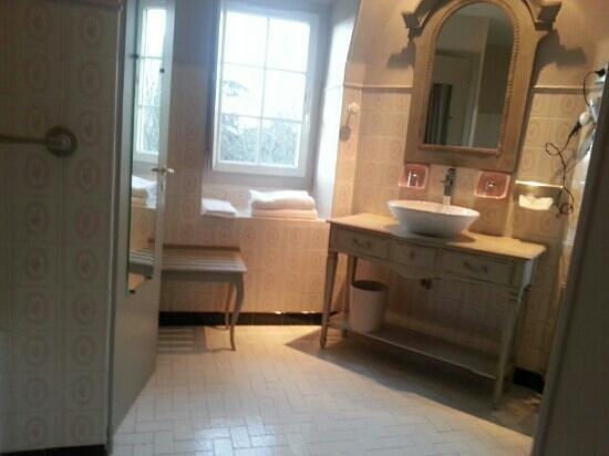 Chateau de Larroque : salle de bain. Franck& stephanie
