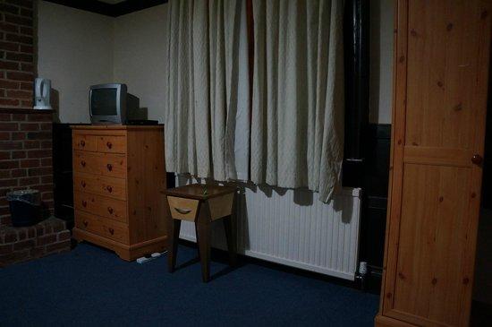 Heathrow Lodge : The room is dated....