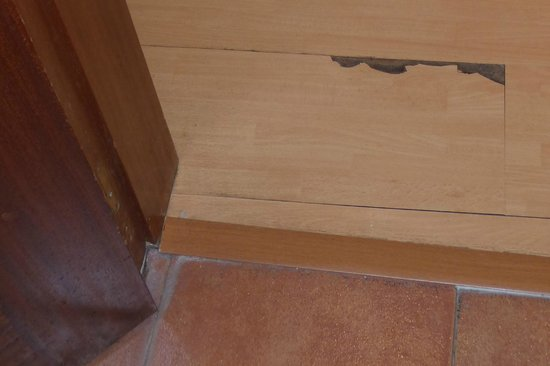 Hotel Don Miguel: Cheap laminate flooring (chipped)