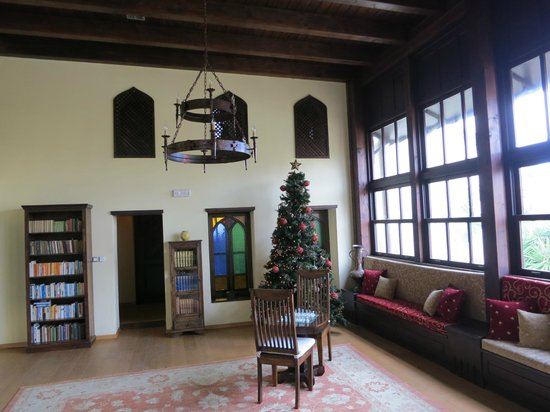Spirit of the Knights Boutique Hotel: Lobby and Reading Room