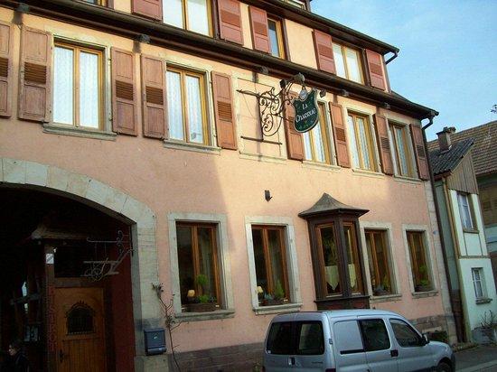 Hostellerie La Charrue : Vue de la rue