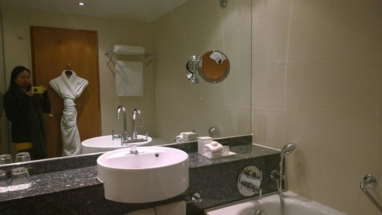 Sofitel London Heathrow: Bathroom