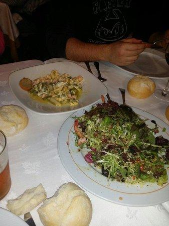 Kupela: Ensalada frutos secos Revuelto de gambas