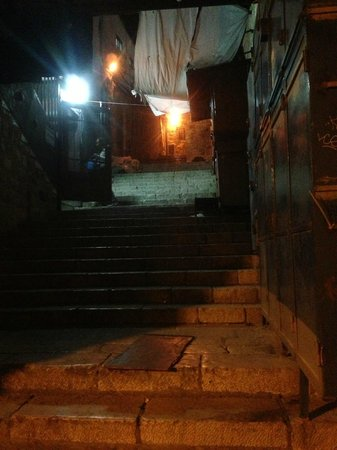 Golden Gate Hostel Inn: Night view of the stairs leading to hostel