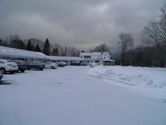 Four Winds Country Motel: Winter view of parking lot