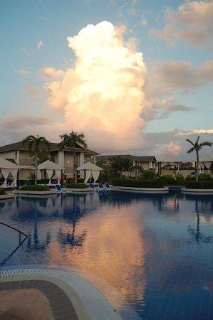 Royalton Cayo Santa Maria : sunset at the pool