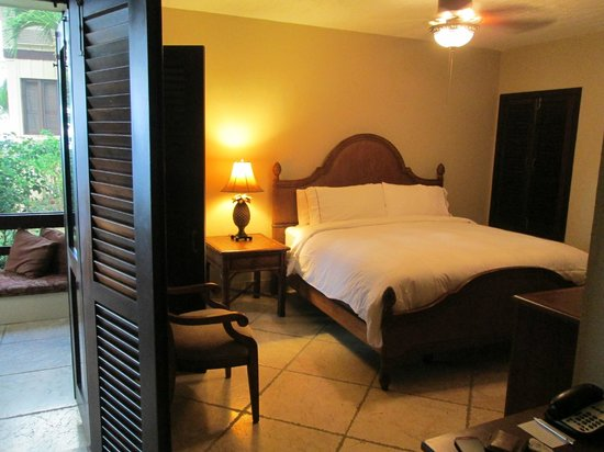Renaissance St. Croix Carambola Beach Resort & Spa: Very fluffy beds and rustic, island decor