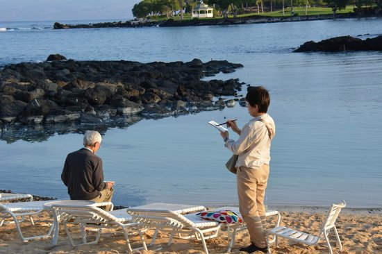 Fairmont Orchid, Hawaii: Couple painint the beauty of the Lagoon