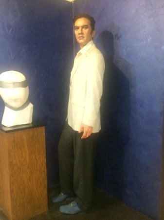 Potter's Wax Museum : Elvis with his blue suede shoes