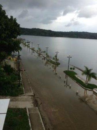 Hotel Villa del Lago: Promemade under water from recent rains