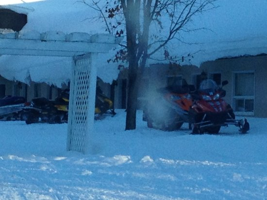 Super 8 Parry Sound : Snowmobiles outside the rooms