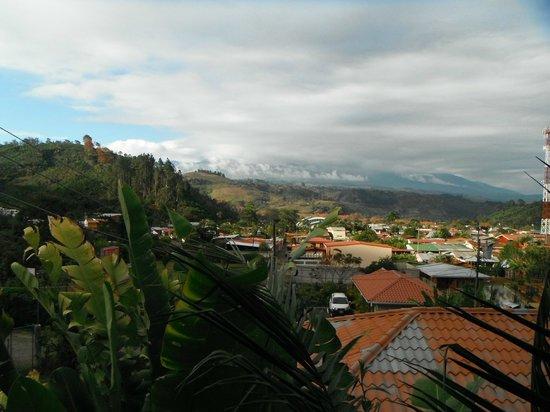 Orosi Lodge: Vue de notre chambre sur la ville et les volcans