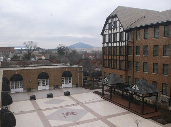 The Hotel Roanoke & Conference Center, Curio Collection by Hilton: View of the Hotel with the Blue Ridge Mountains in the Background