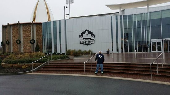 Pro Football Hall of Fame : Me outside the Pro Football HOF