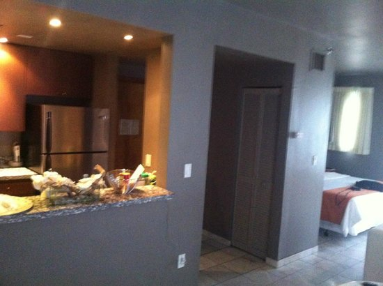 Nassau Suite Hotel: Kitchen