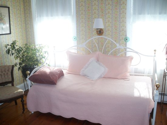 Bayberry Inn: Daybed by windows