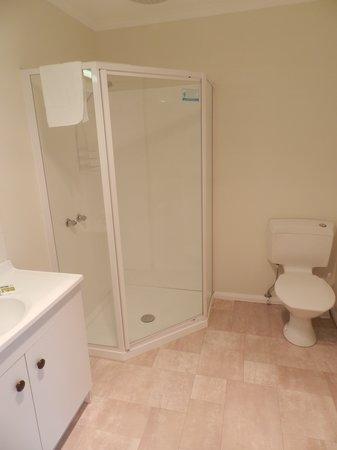 TRC Hotel: Lodge Bathroom