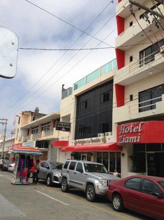 Hotel Ziami: Hotel from Street