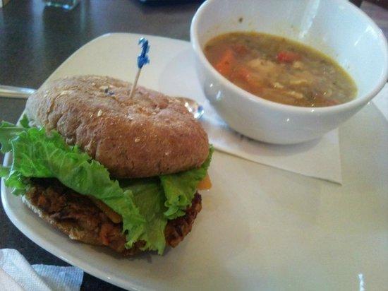 Monashee's Bar & Grill: VERY GOOD SOUP & VEGGIEBURGER!