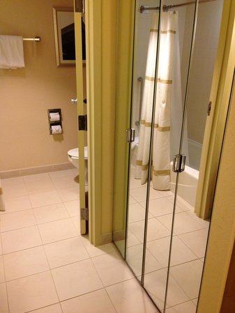 Jacksonville Marriott: Closet & Bathroom