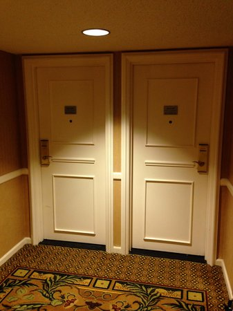 Jacksonville Marriott: Room Doors in Hallway