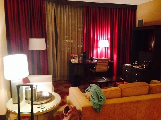 Palomar Chicago, a Kimpton Hotel: Sitting area in spa suite