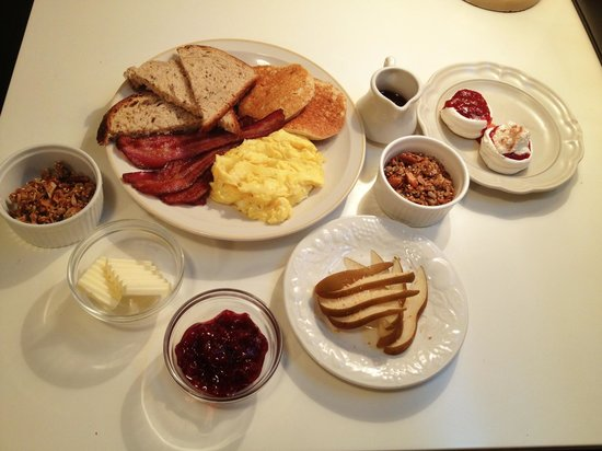 Tucker House Inn: Breakfast for two at Jennie's Cottage. Perfectly cooked eggs, delicious toast, amazing jam, thic